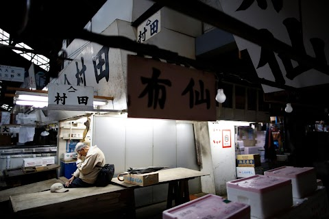As historic Tsukiji market closes, fishmongers mourn