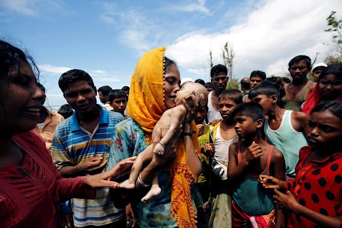 Rohingya grieve after baby dies in border crossing