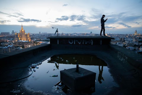 Moscow rooftop explorers defy death and gravity
