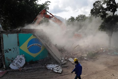 Destruction and rebuilding in Vila Autodromo