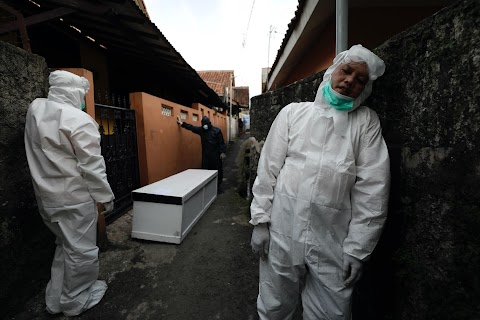 Volunteer undertakers bear the dead from Indonesian homes as COVID deaths rise