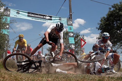 Chris Froome crashes in Tour de France