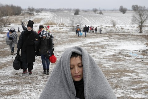 Migrants struggle through Balkans winter