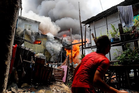 Manila's slums an endless battle for firefighters