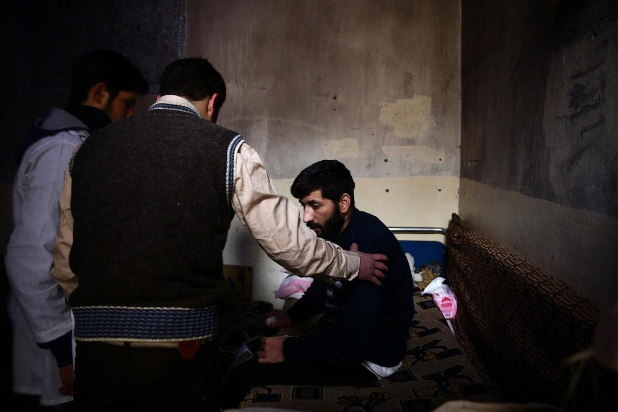 介助されてリハビリセンターに行くフセインさん(35)。シリア首都ダマスカスで2月撮影(2017年 ロイター/BASSAM KHABIEH)