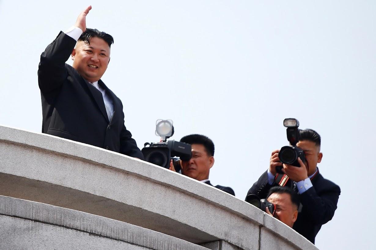 バルコニーからパレードの進行を見守る金正恩朝鮮労働党委員長。平壌で15日撮影(2017年 ロイター/DAMIR SAGOLJ)