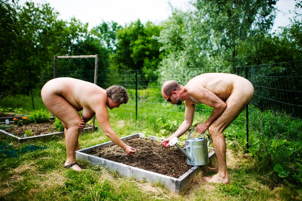 Фото голые семьи в саду, сперма стекает по ляжкам