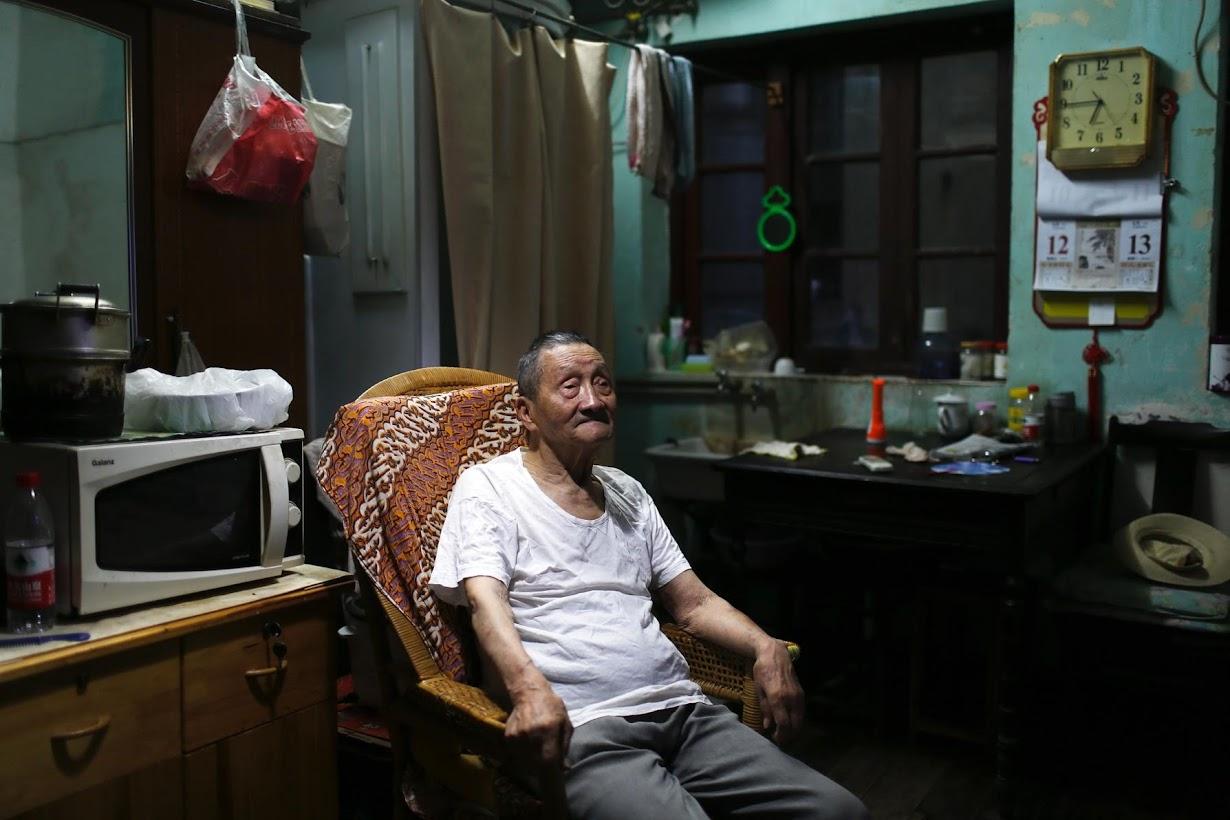 上海の自宅でくつろぐ90歳のWang Cunchunさん