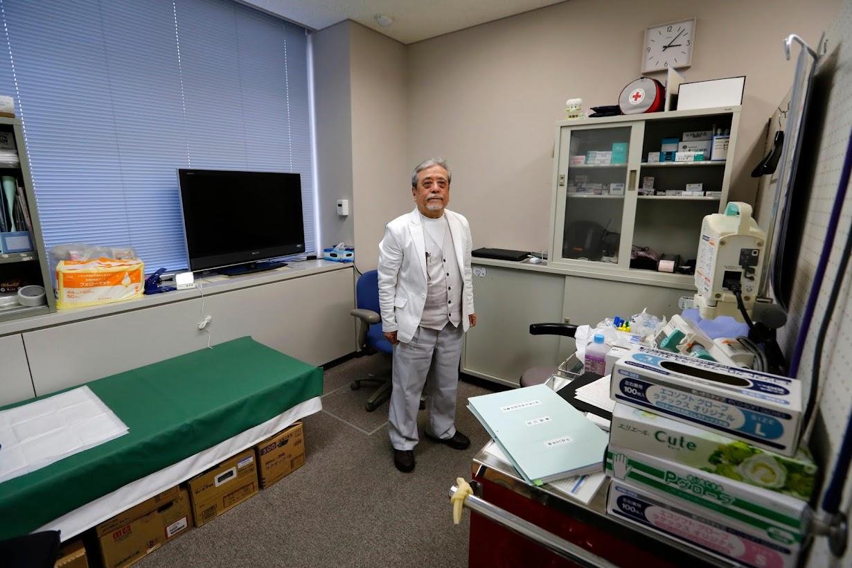 3月後半に開く予定の病院で、唯一フルタイムで勤務する木村雄二医師。浪江町で2月撮影(2017年 ロイター/TORU HANAI)