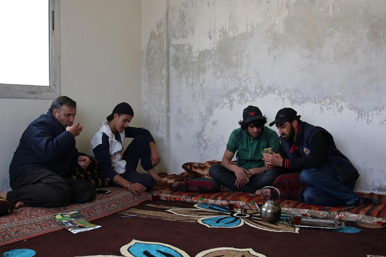 お茶を飲むパルクール仲間の少年たち。シリア南部インヒルで撮影(2017年 ロイター/Alaa Al-Faqir)