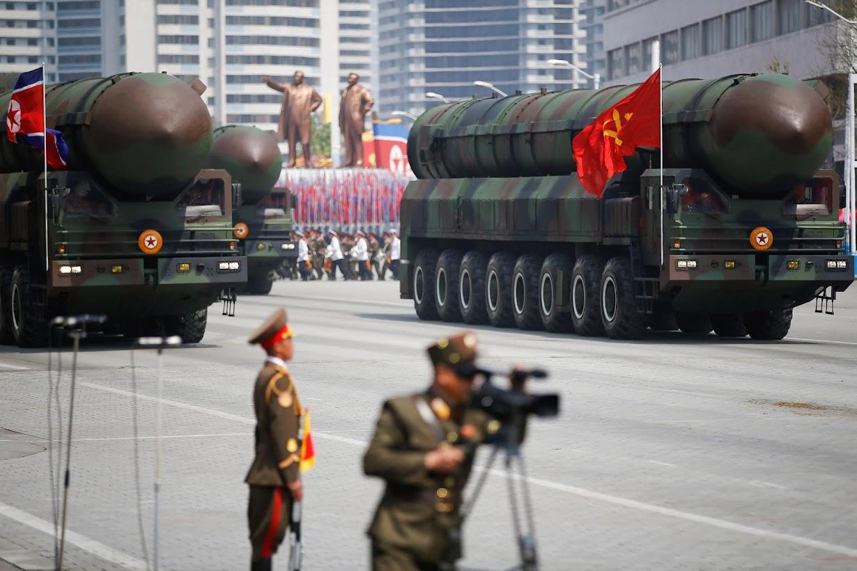 初めて披露された発射装置に収められた大陸間弾道ミサイル(ICBM)。平壌で15日撮影(2017年 ロイター/DAMIR SAGOLJ)