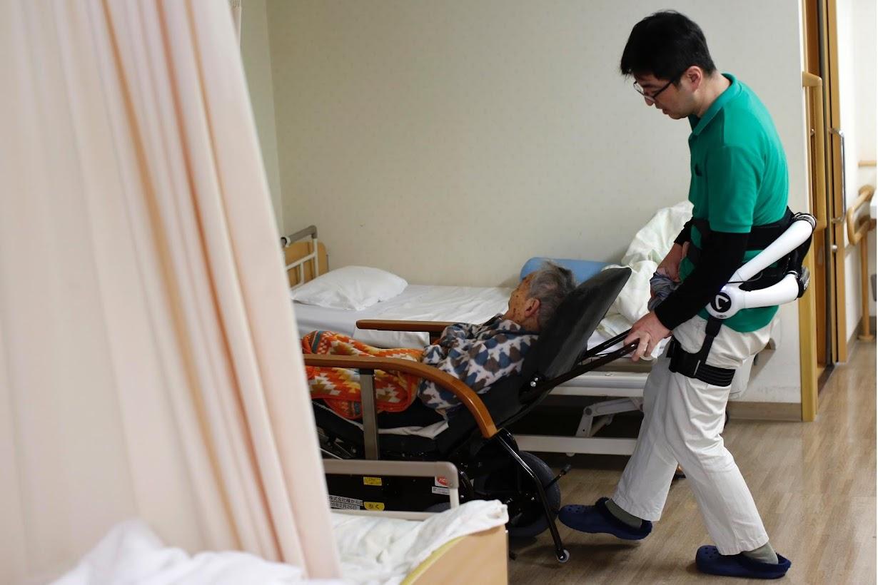 ПоясничныйэкзоскелетHAL на человеке, который управляет инвалидным креслом