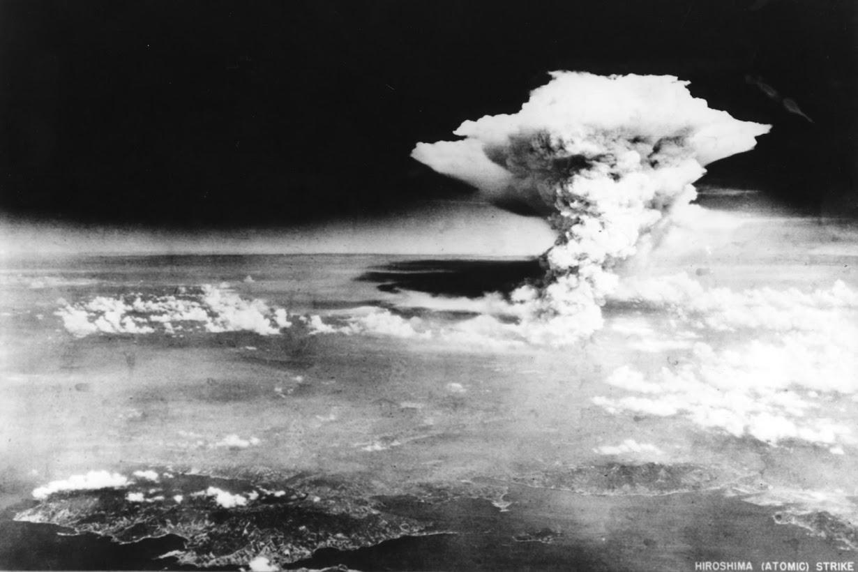 戦争で初めて使用された原爆の投下後、広島の上空に上がる原爆雲。1945年8月6日撮影(2016年 ロイター/広島平和記念資料館    提供)