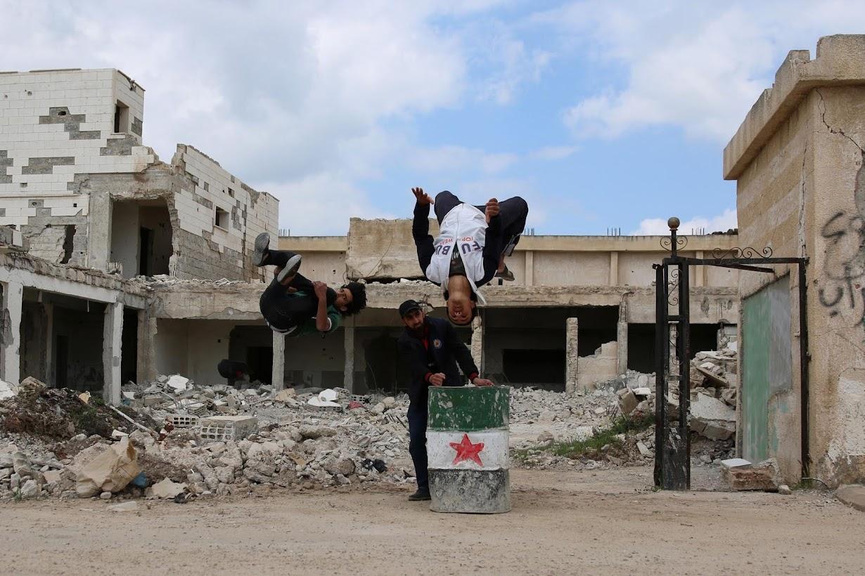 パルクールを練習する、19歳のイブラヒム・アルカディル君(左)とムハンナド・アルカディル君(右)。シリア南部インヒルで撮影(2017年 ロイター/Alaa Al-Faqir)