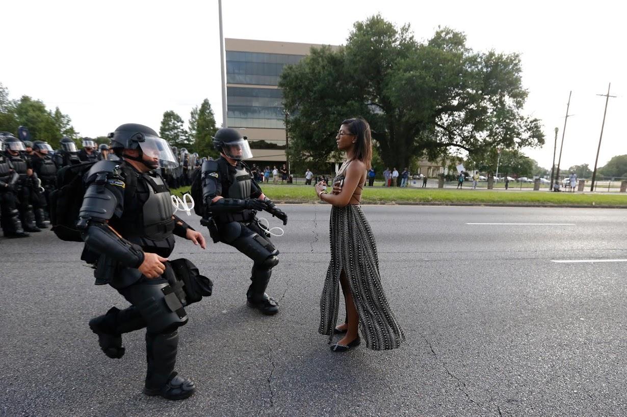 Â�ングル:米警官隊の前に立つ黒人女性、静かな抗議に大反響 Ã�イター