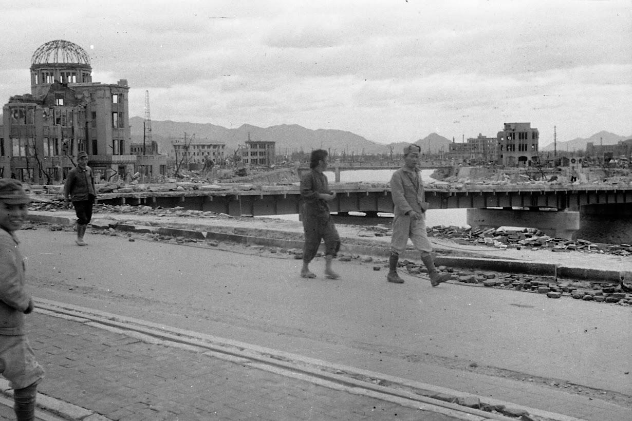 広島・相生橋の上を歩く人々。1945年10月(2016年 ロイター/広島平和記念資料館提供)