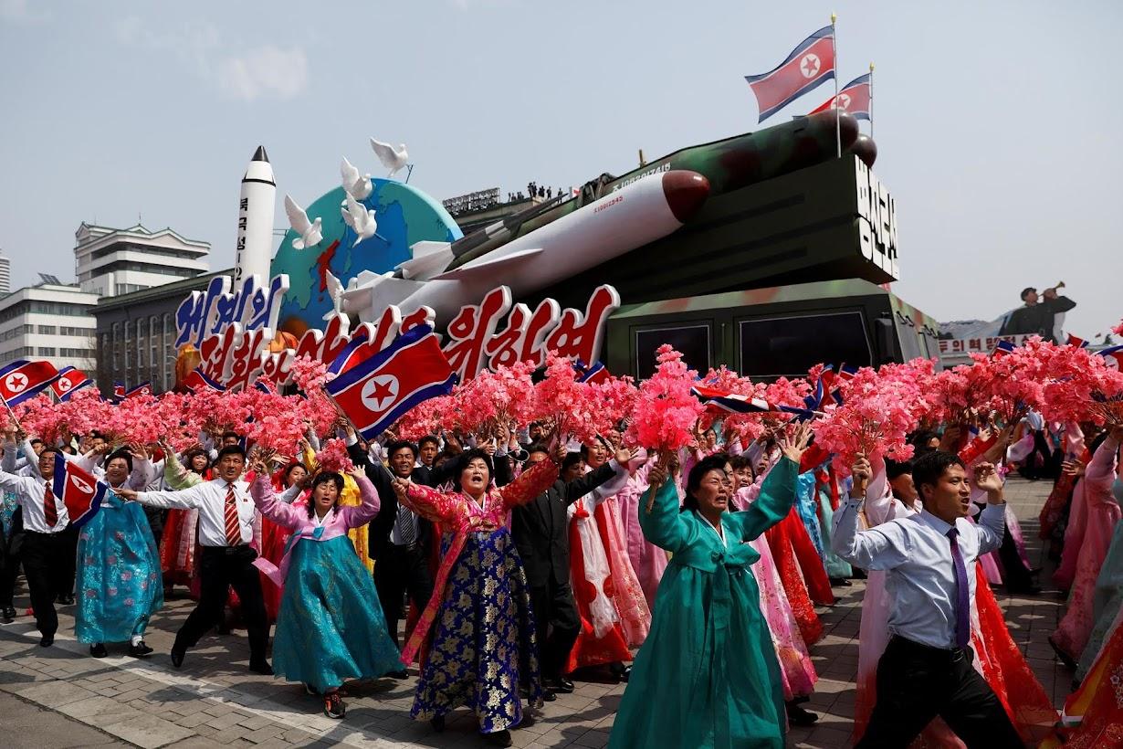 山車の側面には地球上に平和の象徴であるハトが置かれているが、その近くには北朝鮮のミサイルがデザインされている。    平壌で15日撮影(2017年 ロイター/DAMIR SAGOLJ)