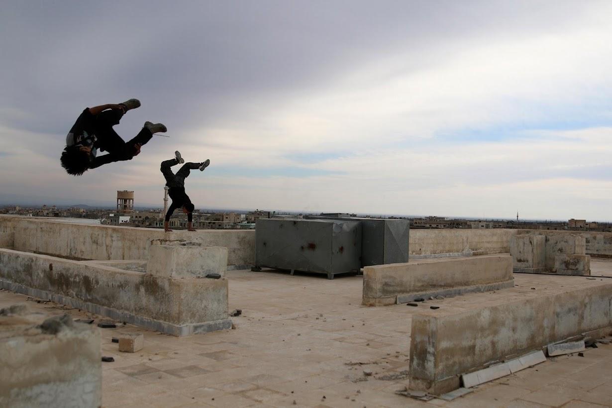 パルクールを練習するシリアの少年たち。シリア南部インヒルで撮影(2017年 ロイター/Alaa Al-Faqir)