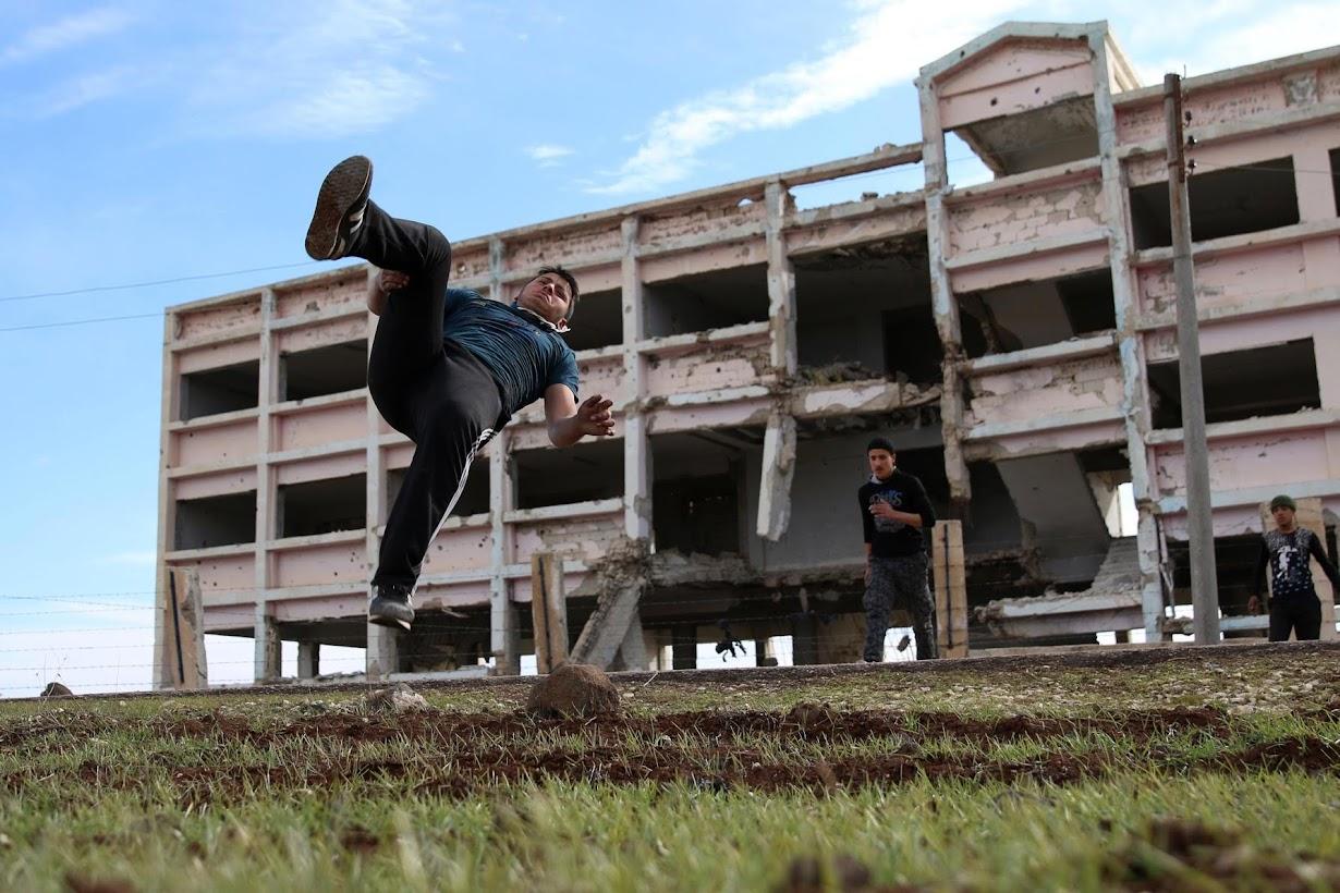 パルクールを練習する16歳のイブラヒム・エイド君。シリア南部インヒルで撮影(2017年 ロイター/Alaa Al-Faqir)