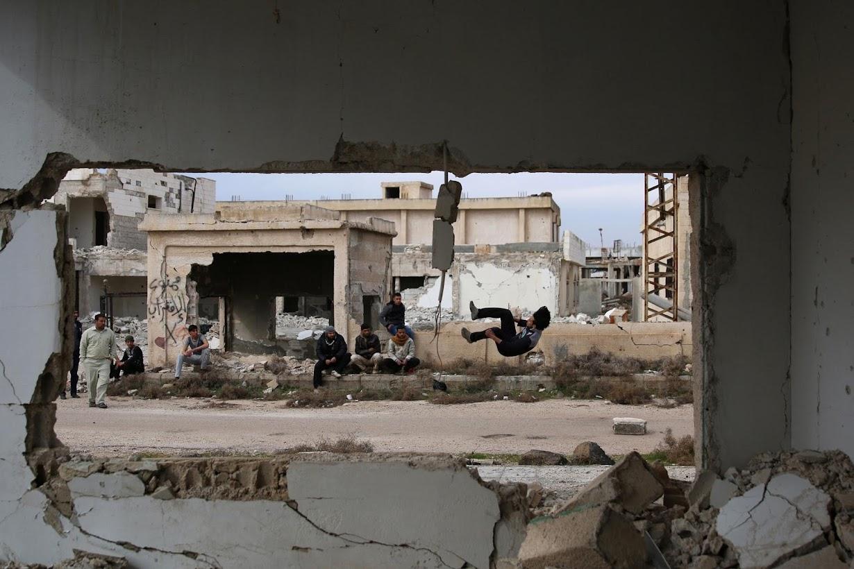 パルクールを練習するイブラヒム君(右)。シリア南部インヒルで撮影(2017年 ロイター/Alaa Al-Faqir)